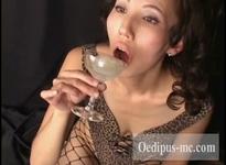 【動画】【乱交ごっくん】グラスに溜めた5発のザーメンを飲み干す葉子さん