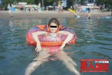 【素人動画】真夏の灼熱ビーチに舞い降りた露出魔奥さんの水中オナニー!! 火照る体を慰める中出し二連発